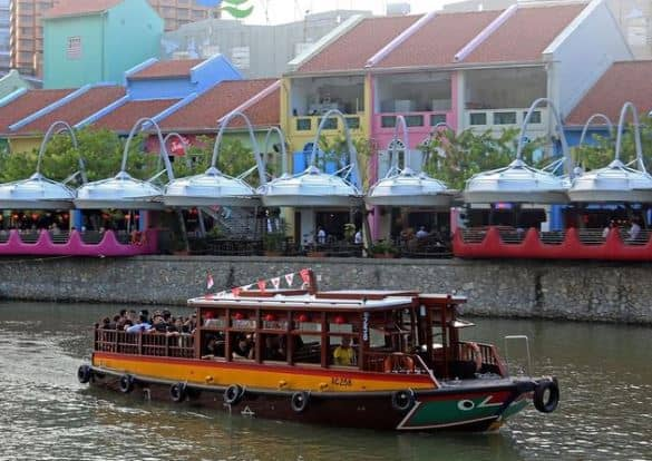 Singapore River Cruise is 10 Romantic Things To Do In Singapore With Your Other Half, What can couples do in Singapore?, Where can I kiss in Singapore?, Where should I take my boyfriend on a date?,